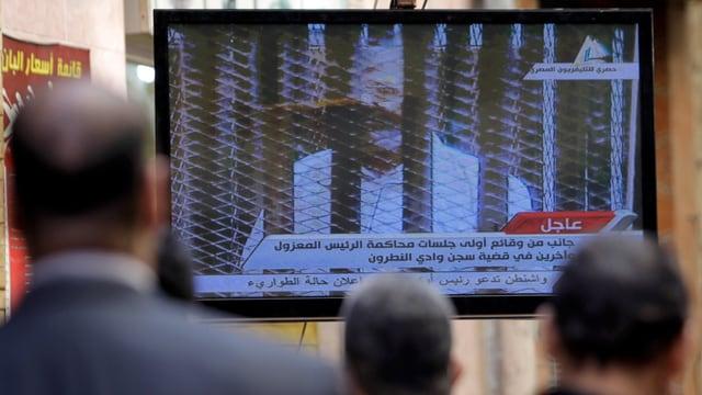 Mursi hinter engmaschigem Gitternetz vor Gericht.