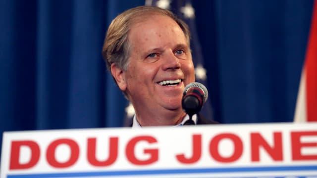 Doug Jones lacht