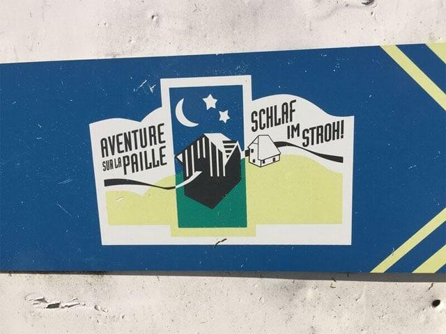 Schild «Schlafen im Stroh».
