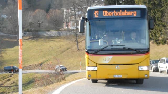 Postauto auf einer Bergstrasse