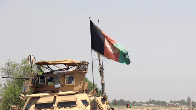 La bandiera afgana sin in vehichel militar.