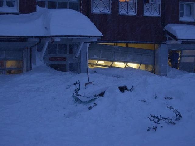 Garage mit eingedrückten Toren