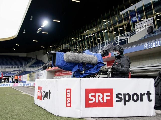 SRF-Kameramann im Luzerner Fussballstadion