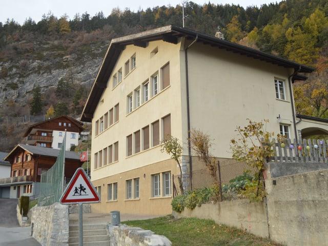 Ein Schulhaus in einem Dorf