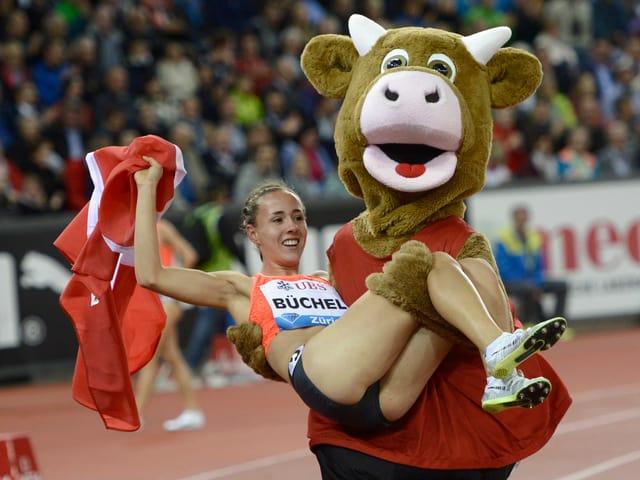Selina Büchel lässt sich vom EM-Maskottchen Cooly auf Händen tragen.