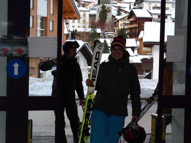 Skifahrer beim Eingang der Bergbahnen
