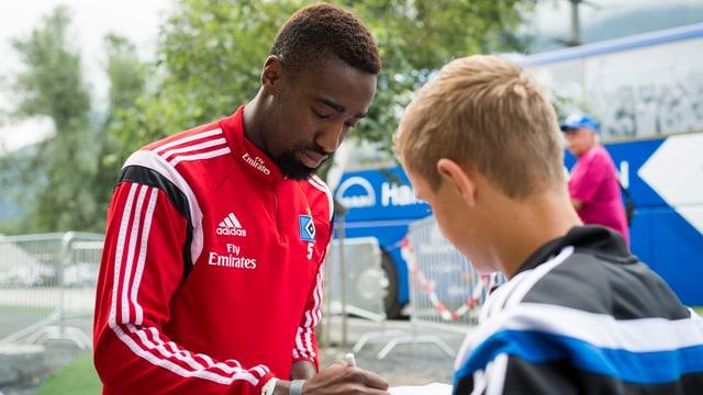 Johan Djourou verteilt Autogramme.