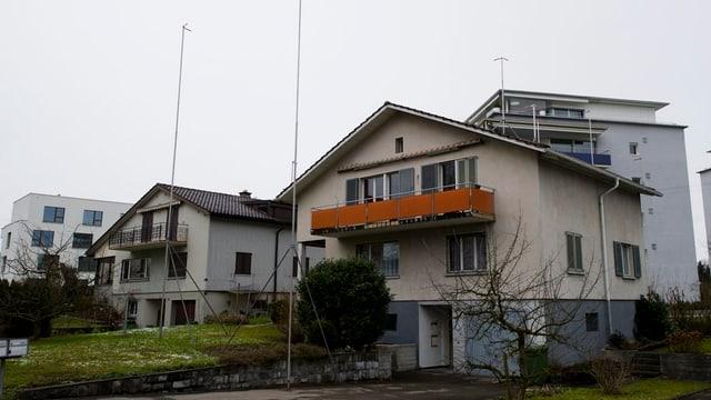 Einfamilienhäuser mit Baugespann.