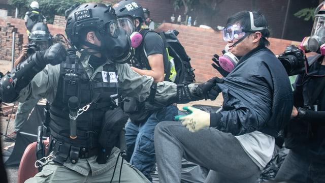 Polizist schlägt Demonstrant