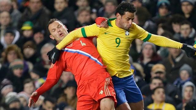 Brasilien kam durch Fred (r.), Torschützenkönig in der brasilianischen Liga, erst sehr spät zum Ausgleich.