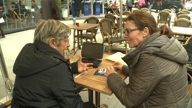 Zwei Frauen diskutieren