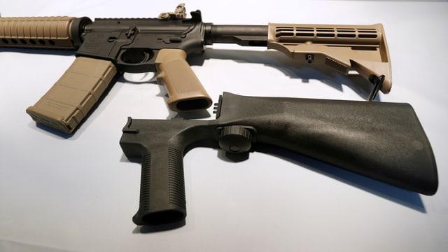 Waffe mit Zusatzkolben.