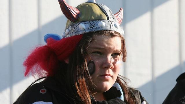 Anhängerin von Vikingur Göta mit Wikingerhelm