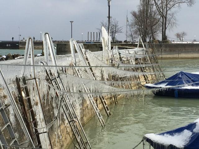 Vereister Steg am Bodensee.