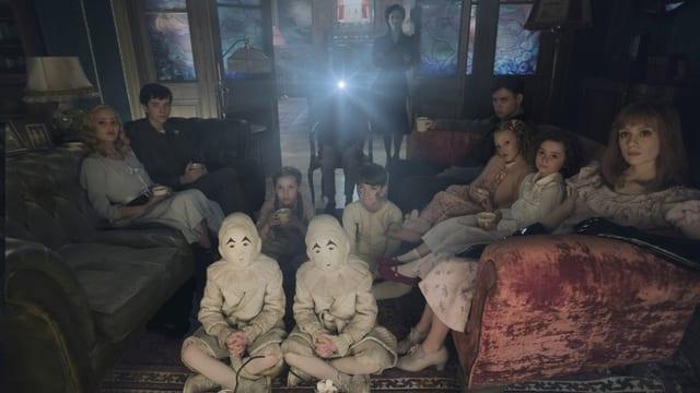 Kinder schauen sich Film an