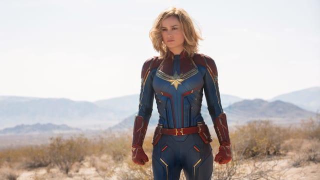 Filmszene: Frau in Superheldenkostüm
