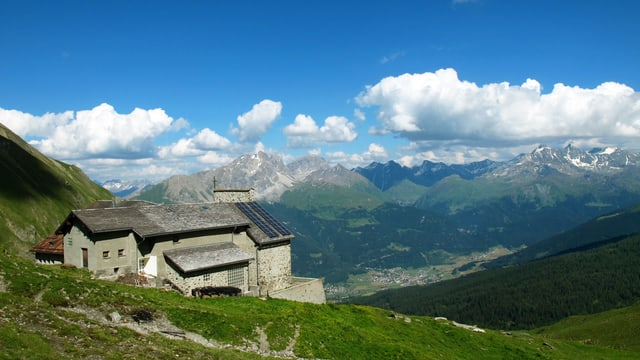 Pilgerort Ziteil mit Bergpanorama im Hintergrund.