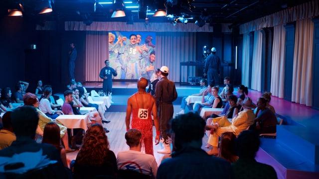 Eine Theaterbühne mit Zuschauern.