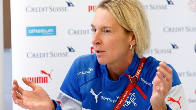 Martina Voss-Tecklenburg durant ina conferenza da medias.