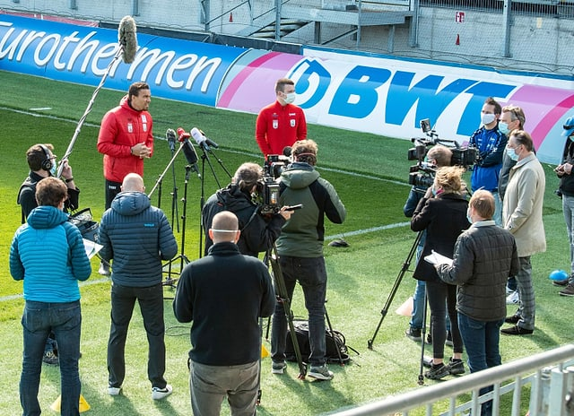 LASK-Coach Valérien Ismael (links) beim Trainingsstart am 20. April.