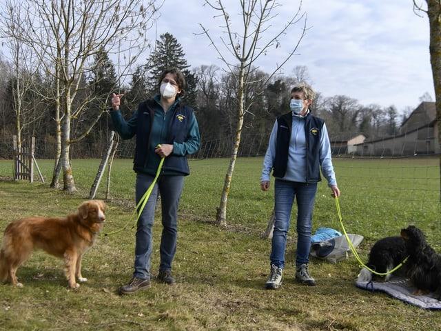 Zwei Frauen mit je einem Hund an der Leine.
