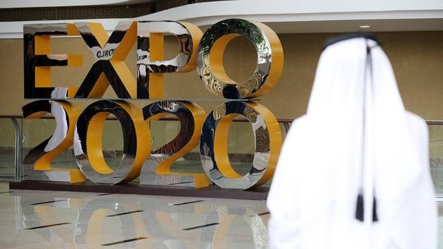 Schriftzug Expo 2020 am Flughafen von Dubai