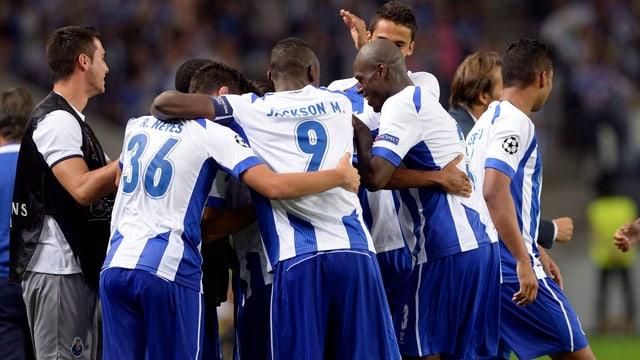 Die Spieler des FC Porto formieren sich und jubeln gemeinsam.