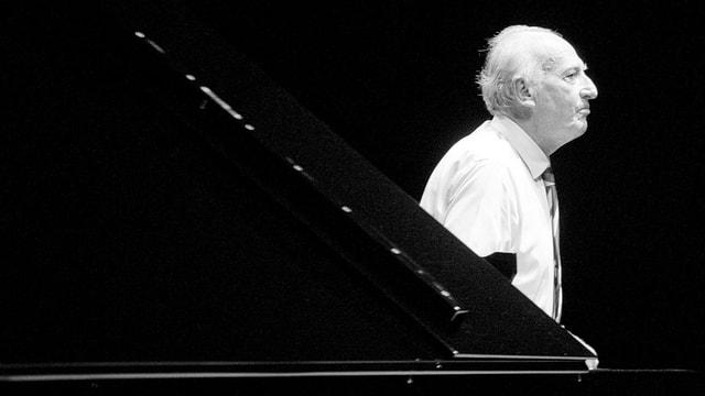 Maurizio Pollini steht neben dem Klavier, seitlich fotografiert (s/w).