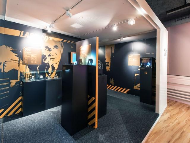 Eine gelb-schwarze Ausstellungsecke mit Uhren aus James-Bond-Filmen.