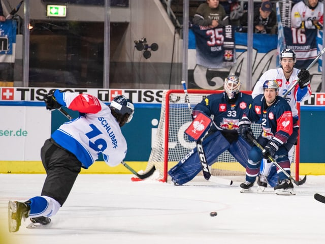 Dominik Schlumpf vom EVZ schiesst auf das gegnerische Tor.