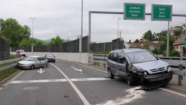 demolierte Unfallwagen bei der Autobahnausfahrt Luzern-Süd