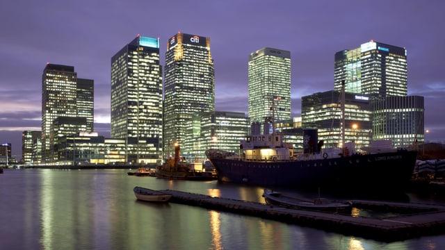 Hochhäuser von London bei Nacht.