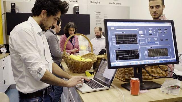 forscher arbeiten am Laptop.