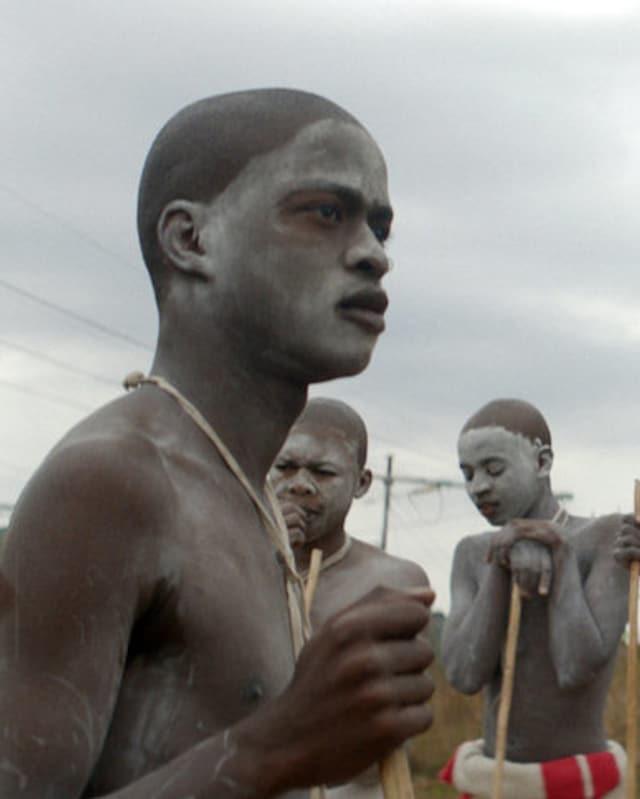 Ein mit weisser Farbe bemalter Südafrikaner, der soeben beschnitten wurde.