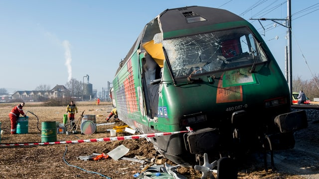 La locomotiva d'in dals dus trens ch'èn collidads a Rafz.