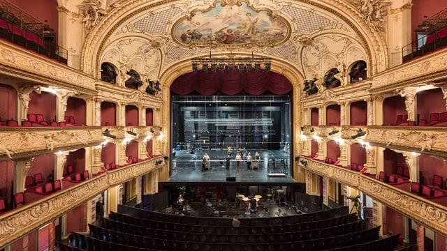 Blick auf die Bühne des Zürcher Opernhauses, wo eine Probe stattfindet.