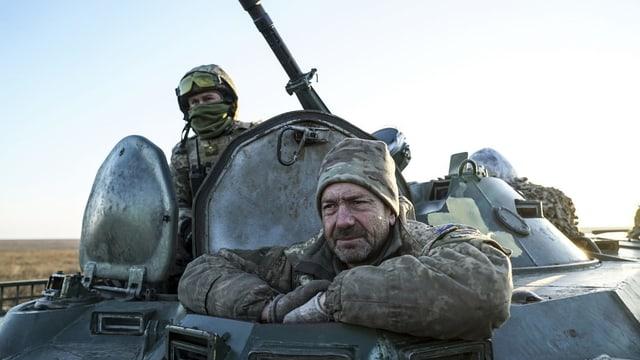 Ukrainische Soldaten auf einem Panzer.