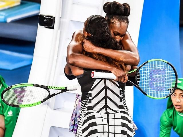 Die Williams-Schwesters umarmen sich