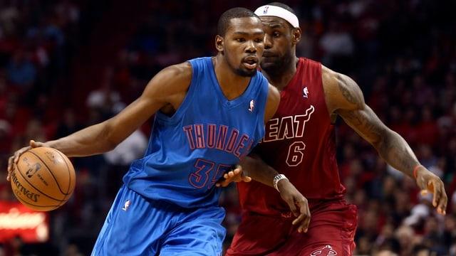 Kevin Durant (links) erzielte für Oklahoma 33 Punkte, LeBron James für Miami 29 Zähler..