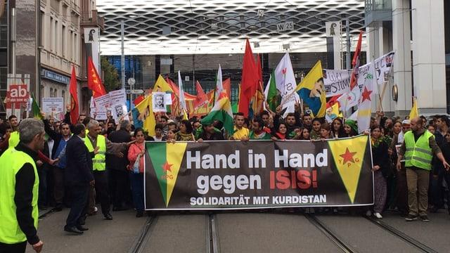 Der Demonstrationszug beim Start auf dem Basler Messeplatz.