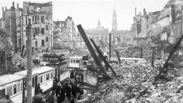 Eine Strassenbahn im zerstörten Dresden.