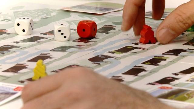Spielzug auf Brettspiel mit Alpaufzug als Sujet