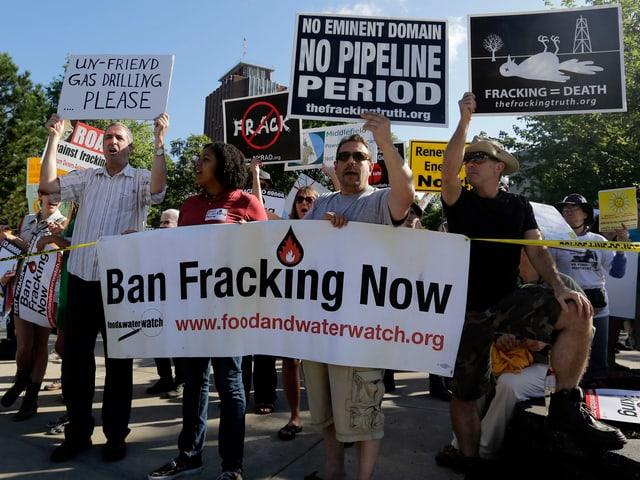 Gegner des Fracking auf dem Campus der Binghamton University protestieren vor einem Besuch von US-Präsident Barack Obama.