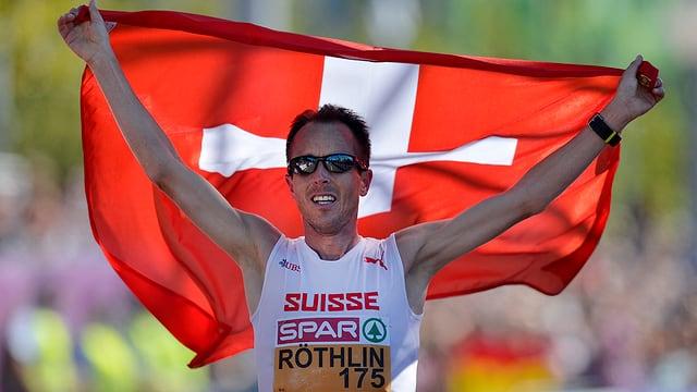 Viktor Röthlin mit der Schweizer Flagge an der EM in Zürich.