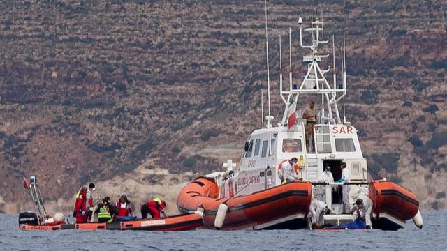 Bartga da salvament avant l'insla da Lampedusa.
