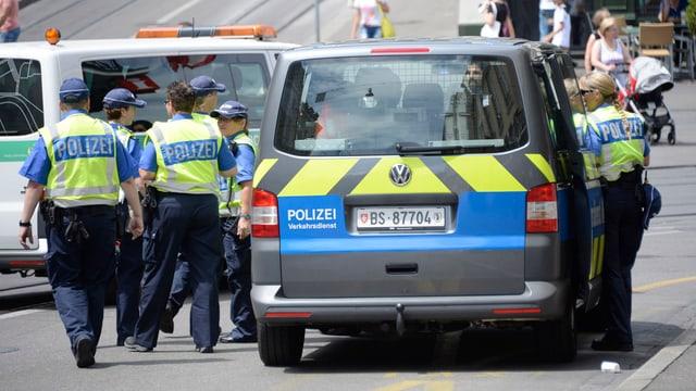 Polizisten bei einer Bombendrohung in der Basler Innenstadt.