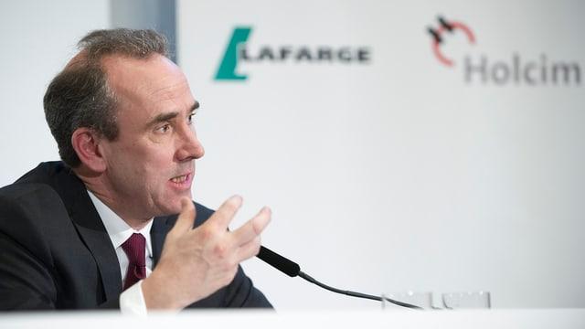 Ein Foto von Eric Olsen bei einer Pressekonferenz