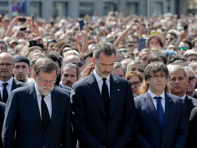 König Felipe trauert mit tausenden Menschen.