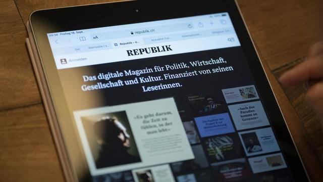 Eine Person konsultiert das Online-Magazin Republik auf einem Tablet.
