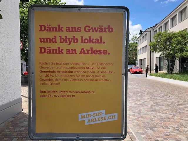 "Plakat ""Dängg ans Gwärb und blyb lokal"" aufgestellt."